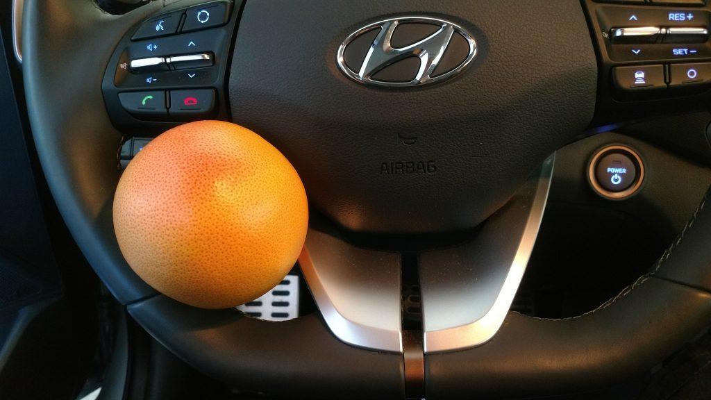 Im Lenkrad festgeklemmte Orange