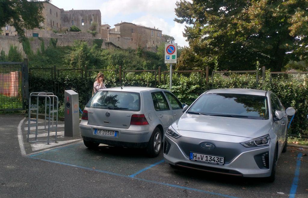 Zugeparkte Ladesäule in Volterra